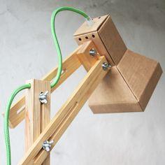 Nossas luminárias são desenvolvidas de maneira artesanal com madeiras de reflorestamento selecionadas individualmente.