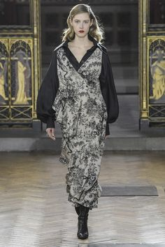 See the complete Sharon Wauchob Fall 2017 Ready-to-Wear collection.