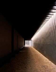 Tom Ford's New Mexico Ranch, Tadao Ando. //Hay espacios en donde no es necesario un gran flujo luminoso. La penumbra ayuda a percibir el contraste con las superficies iluminadas //MMH//