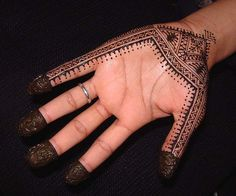 Henna is used in Bride Make-up but now it is also used to design Tattoo and tattoo designed by it is temporary ,that's why most of people preferring it now a days.So Check out the list of selected Henna tattoos . Cool Henna Tattoos, Simple Henna Tattoo, Henna Tattoo Hand, Henna Body Art, Henna Tattoo Designs, Mehndi Designs, Hand Tattoos, Henna Art, Tattoo Ideas
