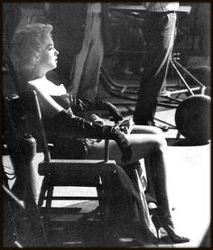 """Marilyn Monroe on the set of """"Bus Stop"""" Young Marilyn Monroe, Marylin Monroe, James Mason, Actor Studio, Joe Dimaggio, Bus Stop, Norma Jeane, Rare Photos, Old Hollywood"""