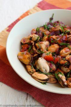 Receita de vinagrete de mexilhão com dicas para limpar e cozinhar os mexilhões, um dos moluscos mais fáceis de serem preparados.