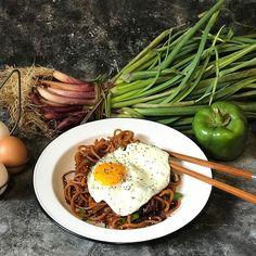Del campo a tu mesa! Comer en estación es más saludable de lo que pensamos y como siempre digo comer bien no es un privilegio es una elección.  Cuando realmente tomemos conciencia que lo procesado es dañino y tóxico vamos a entender que lo orgánico es el único camino posible.  En la comida está la sanación #lacomidaeselbotiquin  Ahora vamos a este almuerzo mega rico de @noodlesroots de batata! Les juro que son riquísimos! Acá puse en un wok cebolla morada cebolla de verdeo y ají morrón verde… Wok, Decir No, Ethnic Recipes, Lets Go, Thinking About You, Eating Well, Lunches, Parking Lot