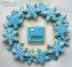 simple snowflakes with bird cookie makes a nice presentation – Hanukkah Snowflake Christmas Cookies, Christmas Sugar Cookies, Aqua Christmas, Snowflake Wreath, Holiday Cookies, Beautiful Christmas, Christmas Holidays, Bird Cookies, Cupcake Cookies