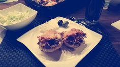 #selfmade #foodporn #antitütenkochen Gefüllte Riesen Pilze mit Rinderhack und Käse überbacken, dazu gab es Salat 😍 Familie satt, Mama glücklich!
