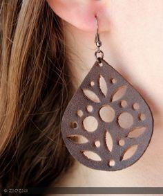 Barna bőr fülbevaló, Ékszer, óra, Fülbevaló, 2 mm-es marhabőrből készült matt barna fülbevaló virágos mintával. Akasztó nélküli hossza 5 cm ...