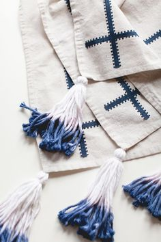Tips For Just A Second Wedding Ceremony Anniversary Reward Celebrate Summer With The Perfect Diy Boho Picnic Blanket With Dip-Dyed Yarn Tassels Head To For The Full Tutorial And More Easy Projects. Diy Tassel, Tassels, Picnic Style, Boho Diy, Boho Decor, How To Dye Fabric, Diy Craft Projects, Sewing Projects, Picnic Blanket