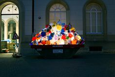 """Plastic Garbage Guarding the Museum"" : la nouvelle installation de Luzinterruptus - Street Art Interactive Installation, Light Installation, Art Installations, Winterthur, Trash Art, Spanish Art, Museum, Plastic Art, Hand Art"