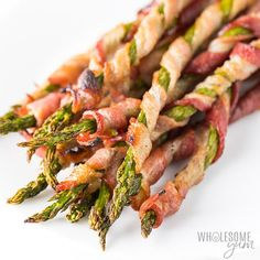 Bacon Wrapped Asparagus Recipe in the Oven (VIDEO) . This easy baked bacon wrapped asparagus recipe in the oven includes tricks for extra CRISPY bacon. Ready in Asparagus Appetizer, Bacon Wrapped Asparagus, Bacon Appetizers, Asparagus Recipe, Appetizer Recipes, Pan Asparagus, Recipes Dinner, Roasted Vegetable Recipes, Grilled Chicken Recipes