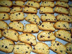 Τραγανά, μυρωδάτα, γευστικότατα, υγιεινά, χορταστικά, νηστίσιμα… χρειάζεται να συνεχίσω; J Υλικά: 1 κιλό περίπου αλεύρι σκληρό... Greek Desserts, Greek Recipes, Biscuit Cookies, Cupcake Cookies, Greek Cookies, Cake Bars, Keto Cheesecake, Recipe Boards, Biscotti