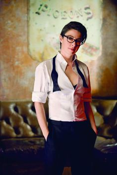 Sue Perkins - she mightn't be conventionally beautiful, but I think she's gorgeous! Androgynous Women, Androgynous Fashion, Tomboy Fashion, Tomboy Style, Tomboy Chic, Pretty People, Beautiful People, Sue Perkins, Lesbian Wedding