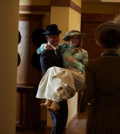 Detective Murdoch (Yannick Bisson) carries Doctor Ogden (Hélène Joy) into their new home. full of strangers! Welsh, Murdock Mysteries, Bbc Tv Shows, Detective Shows, Old Tv, Great Stories, Favorite Tv Shows, Movie Tv, Mystery