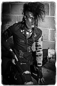 A Trad Goth guy with multiple Death Rock pins and badges. So legendary mate. Deathrock Fashion, Punk Fashion, Gothic Fashion, 80s Goth, Punk Boy, Goth Guys, Goth Subculture, Gothic Hairstyles, Goth Look