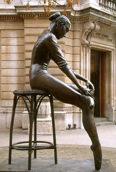 Certaines affaires doivent se mener sur la pointe des pieds... / Statue of Ballet Dancer. / Royal Opera House, Covent Garden, London. / Royaume Uni.