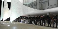 Único caminho de Dilma = Renuncia e de LULA = Cadeia. Exército acaba de mobilizar toda sua tropa de plantão para frente do Palácio do Planalto onde Dilma está … Após a divulgação das gravaçõ…