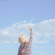 Trong hình ảnh có thể có: một hoặc nhiều người, bầu trời, đám mây và ngoài trời