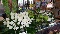 Composizione di mele verdi con fiori di daikon