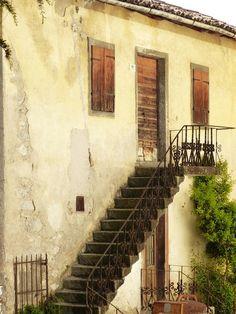 Subo y bajo Escaleras arriba, escaleras abajo Las subo cuando llego, y cuando me voy, las bajo Si estoy abajo,...