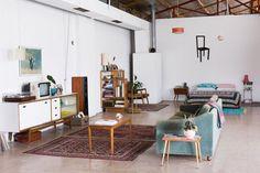 Fotógrafa decora galpão com móveis de 2ª mão
