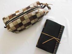 Kit com necessaire quadrada, ótima para guardar artigos de higiene, e agenda de bolso rústica com capa flex.