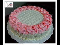 Fôrma tamanho 24 cm de diâmetro por 5 cm de altura. Esse bolo ficou com 2.640 kg. Massa amanteigada branca com recheio de brigadeiro branco e creme com abaca... Cake Decorating For Beginners, Creative Cake Decorating, Cake Decorating Designs, Cake Decorating Videos, Cake Decorating Techniques, Simple Birthday Cake Designs, Beautiful Birthday Cakes, Doll Birthday Cake, Frozen Birthday Cake
