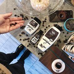 Természetesen a kávét ezen iparág már réges rég felfedezte magának, ugyanis a koffein frissítő ereje és vitalizáló hatása természetesen jótékonyan hat a bőrre. A HerbArting koffeint tartalmazó termékei 100 %-ban természetes összetevőket tartalmaznak és nemcsak kávé függőknek ajánlottak!