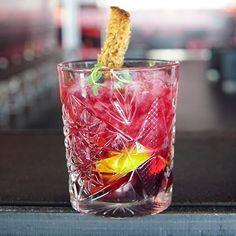 Sijalla tänään mocktailkoulussa. Siljalla on paljon uusia alkoholittomia cocktaileita Mocktail hour . . #mocktal #alkoholiton #alkoholitondrinkki #alkoholitoncocktail #happyhour #rubiininpunainen #siljalicious #siljalinesuomi @siljalinesuomi #nelkyplusblogit #cocktail #alcoholfree #nonalcoholic #rubyred #postitforaesthetic  #drink #hobstar