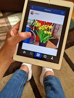 Man sitting on a carpet holding a white iPad in hand. Instagram News Feed, Buy Instagram Followers, V Instagram, Facebook Instagram, Internet, Ipad Image, Make Money Online, How To Make Money, Social Networks
