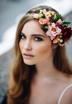 Linda coroa com flores de lindos tons. Gostei da ideia da lateralidade, mas daria preferência aos tons claros e frios.