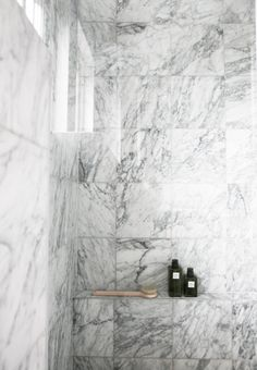 This picture is from todays photoshoot in a bathroom, taken only a few hours ago. I've loved marble for a long time, so much I was sure I would get tired of it. But I haven't. Its distinct structure s