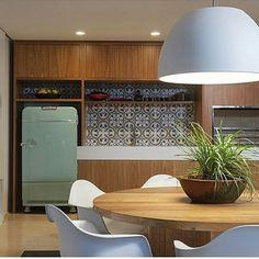 Espaço gourmet l Destaque para a geladeira retrô verde água e ladrilhos, que trouxeram um charme especial ao ambiente. Projeto Santos Bergamasco Arquitetos. . #gourmet #churrasco #churras #retrô #goodnight #boanoitinha #superbowl #geladeira #ladrilho #festa #party #top #instadecor #instablogger #sunday #chic #decoration #decor #architecture #foto #olioliteam #olioli #luxurylifestyle #Life #blogfabiarquiteta #fabiarquiteta