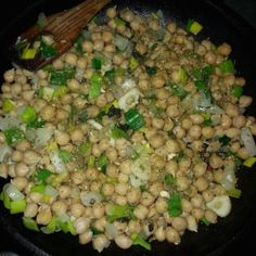 Cizrnu jsem se naučil jíst v Turecku, je to parádní luštěnina, plná vápníku a vlákniny. Doporučuju pokud nejít mléčné výrobky :)) Recept je jednoduchý, necháte naklíčit cizrnu , uvařite ji v papiňáku, cca 35min. Pak osmahnete cibulku na oliv. oleji do zlatova, přidáte česnek a pórek, přídáte cizrnu a zaprášíte vegetou.. http://cs.wikipedia.org/wiki/Cizrna