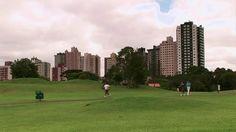 Capitale de l'état brésilien du Paraná, la ville de Curitiba a dû faire face à une croissance urbaine hors du commun au cours de la seconde moitié du XXe siècle. Si bon nombre de grandes villes de ce pays d'Amérique du Sud ont aussi eu à gérer ce décontenançant phénomène, les dirigeants de Curitiba, guidés par une population inquiète, ont su développer des stratégies de planification à long terme pour assurer une croissance bien contrôlée.En grande partie tributaires à Jaime Lerner, trois…