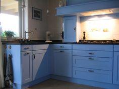 Voorbeeld van keuken met tonmodel greepjes. Ook weer die kastjes onder de schouw.Gevonden bij www.sfeermakercompany.nl