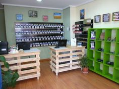 Pallet Ideas : Want to improve your home with wooden pallet furniture? We're the right place for you. Visit us and get to know a lot of pallet inspiration. Shop Window Displays, Store Displays, Pallet Display, Prep Kitchen, Shop Fittings, Shop Plans, Wooden Pallets, Pallet Furniture, Eco Furniture
