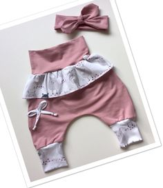 Ein Mädchen Babyset, bestehend aus einer Hose in altrosa mit Schösschen und ei. A girls baby set, consisting of trousers in dusky pink with peplum and a hair band made of cotton jersey. Baby Clothes Patterns, Clothing Patterns, Baby Set, Sewing For Kids, Baby Sewing, Baby Outfits, Kids Outfits, Baby Girl Pants, Sewing Pants