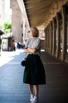 ブラウス×フレアスカートのガーリーなスタイリングには、スニーカーでカジュアルな要素を取り入れて。