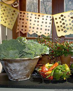 Haz tus propios decorados para una fiesta mexicana con papel y una troqueladora / Make your own mexcian party decorations with paper and a hole punch