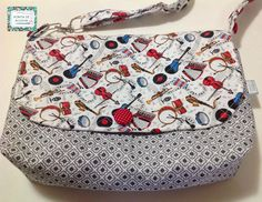 Bolsa confeccionada com tecidos nacionais e quil livre. Possui bolso interno e botões cobertos do mesmo tecido como decoração. Alça regulável com argolas. <br> <br>Peça única.