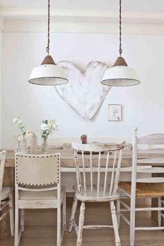 Interieurideeën  Houten eettafel met verschillende stoelen in ...