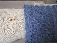 Coussins au tricot. Coussin bleu  à torsades et coussin hibou.