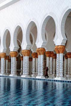 Conhecer a Mesquita Al Zayed nos Emirados Árabes deveria ser obrigatório para todos! O lugar é deslumbrante e inigualável, arquitetura, cores que mexem com a gente que cheguei a ficar emocionanda de conhecer um lugar tão belo. A Mesquita de Abu-Dhabi deve entrar na sua wish-list já.