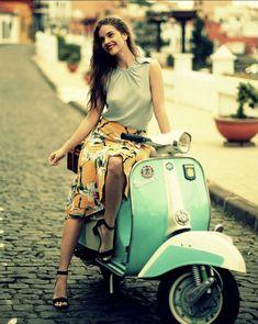 Just lovely 💘 Piaggio Vespa, Lambretta Scooter, Vespa Scooters, Vespa Girl, Scooter Girl, Summer Motorcycle Gloves, Vespa Motorcycle, Motorcycle Girls, Motos Vespa