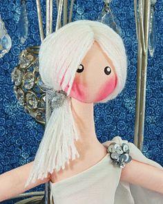 """BONECA LUNA - FASHION <br> <br>Boneca de Luxo, são fantásticas para colecionar e presentear adultos ou crianças. <br>Com suas pernas articuladas, pode ficar sentada ou em pé no expositor. <br> <br>DICA: Ela fica linda em qualquer ambiente. <br> <br>""""BRINDE ESPECIAL - Expositor para boneca na cor branca especialmente para Você."""" <br> <br>Boneca de Pano feita com tecidos nobres de algodão, couro sintético, lãs diferenciadas e algodão antialérgico."""