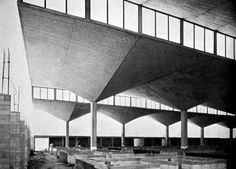 Félix Candela construyó varios mercados durante 1955 y 1956. Tal vez el mejor es el mercado de Coyoacán, proyectado por Pedro Ramírez Vázquez. Los techos de concreto, delgados como velas de barco fueron considerados semejantes a los vivaces toldos, o tianguis, de los antiguos mercados callejeros