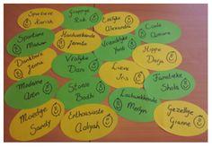 In de groep 7/8 van meester Jordi werd er gewerkt aan de bijvoeglijke naamwoorden. Als leuke verwerking, hebben alle kinderen een kaartje gemaakt met een bijvoeglijk naamwoord dat bij hem of haar paste.