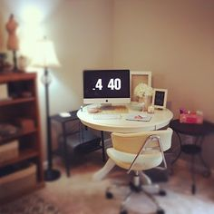 I LOVE the chic-ness of simply a white round table for a computer desk. Round Office Table, Round Desk, White Round Tables, Office Org, Office Wall Design, Small Things Blog, Vintage Bookshelf, Vintage Room, Desk Space