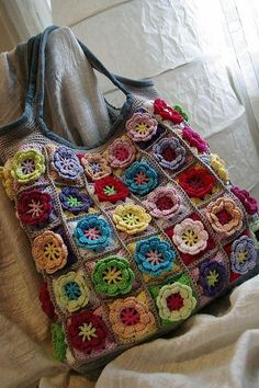 With the flower granny square pattern, here is a bag version of all the squares put together. Beau Crochet, Mode Crochet, Crochet Gratis, Knit Crochet, Point Granny Au Crochet, Crochet Flower Squares, Crochet Flowers, Crochet Sunflower, Crochet Handbags