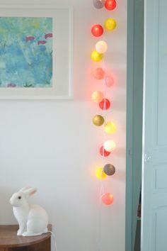 porte peinte et guirlande lumineuse