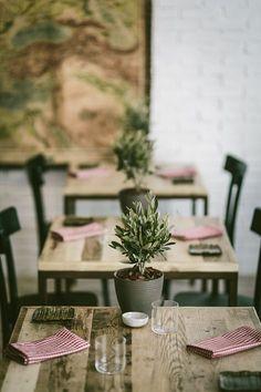 Eleganza, semplicità ed accoglienza questi gli elementi distintivi della Bottega Trattoria, un ristorante italiano situato in Svizzera nel centro di Ginevra. Stile minimale e materico con l'utilizzo di parquet in legno di recupero...